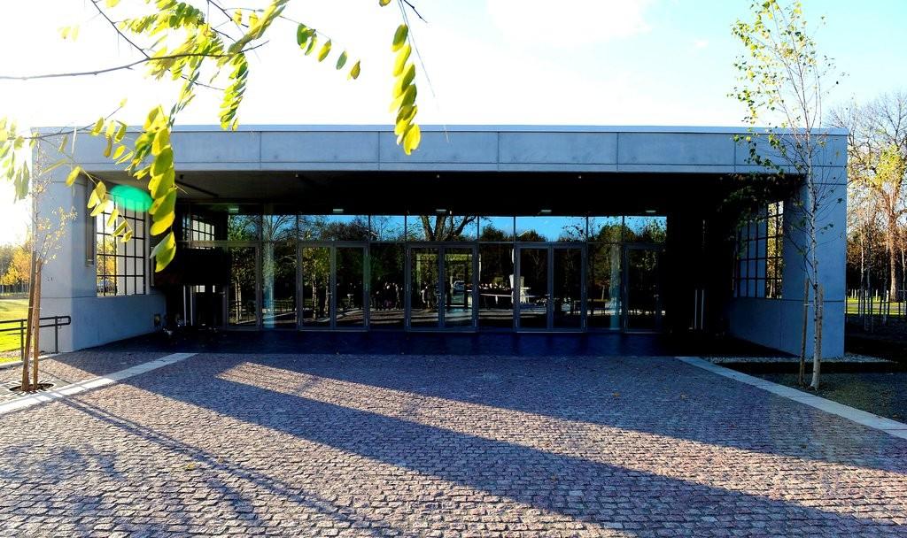 1956 - Átadták a Rákoskeresztúri új köztemető látogatóközpontját. MTI Fotó: Soós Lajos